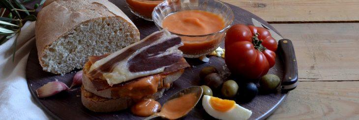 Receta: Salmorejo con tosta de jamón y aceitunas